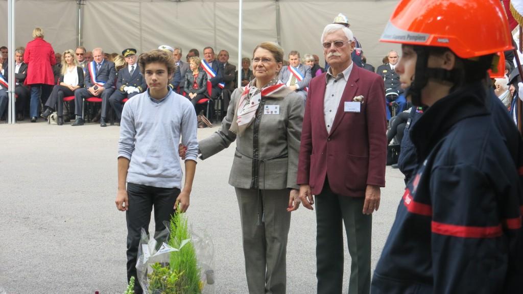 Cérémonie du Camp de Aincourt en octobre 2015, Pierrette Catusse et René Boudiou déposent une gerbe au nom  de l'ADVR . Dans ce camp, de nombreux résistants ont été internés avant d'être déportés en Allemagne.