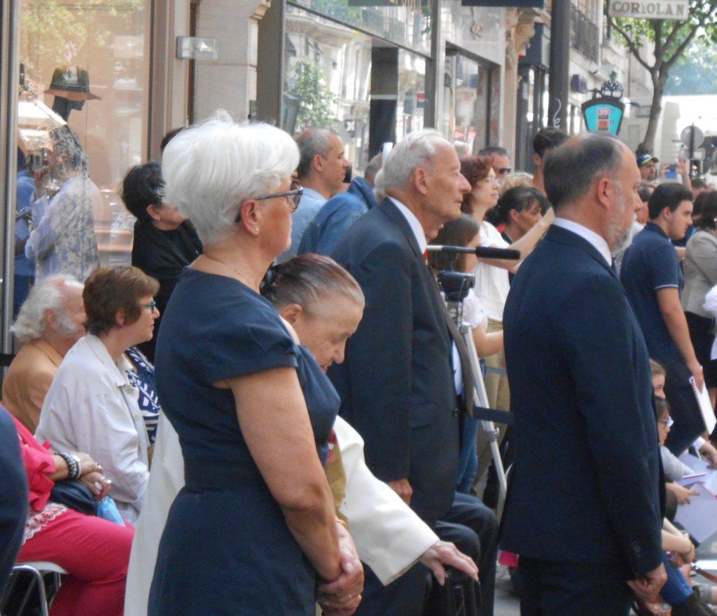 Danielle Chambeiron, présidente de l'ADVR pendant la cérémonie,Merci. derrière elle, Annick Burgard membre du conseil d'administration de l'AEVR.